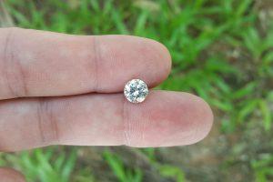 หินโมอิสไนท์สังเคราะห์เป็นเพชรจำลองที่มีราคาไม่แพง