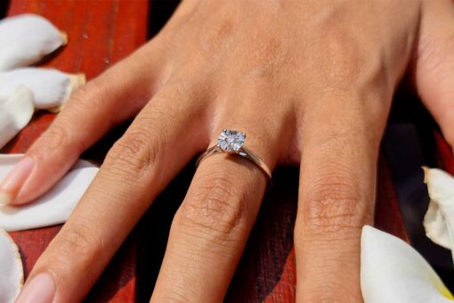 Anell de diamants d'or blanc de 14 quilates